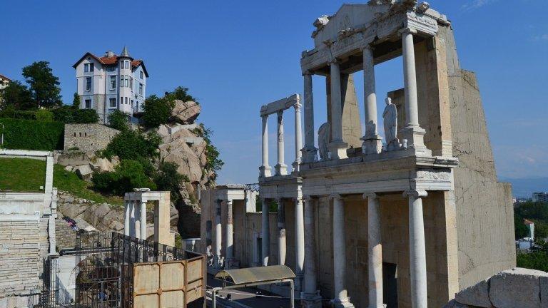Със сигурност си заслужава да видите Античния театър. Разположен е между Джамбаз тепе и Таксим тепе. Строежът му започва по времето на римския император Марк Улпий Траян около 114 г. Театърът на Филипопол e единствената запазена антична театрална сграда по българските земи. Станал е вдъхновение на не едно и две предложения за брак, а често там се организират и страхотни концерти.