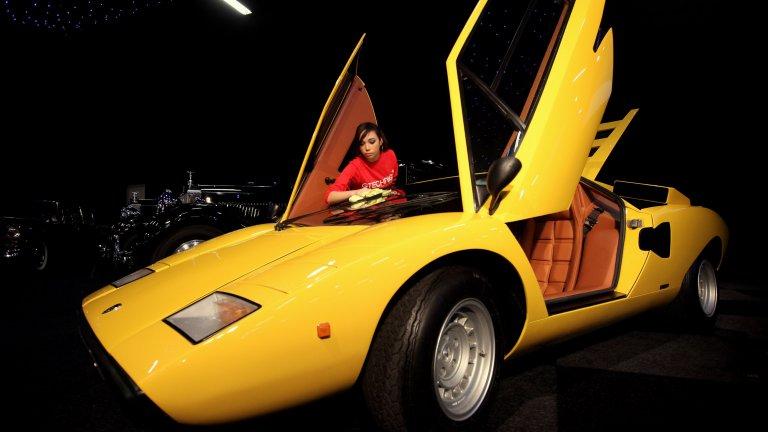 Lamborghini Countach Трудно ще намерите Countach по  гаражите, но за сметка на това той има своето място по плакатите на тийнейджърите, расли през 70-те и 80-те. Това е колата, която ги е карала да мечтаят: идваща сякаш от друг свят, тя се появява за първи път през 1971 г. в Женева. Наследникът на Miura често е бил обвиняван в изродски външен вид, но истината е, че единственото по-лошо от грозна кола, е скучна кола. А Countach не е нито едно от двете.