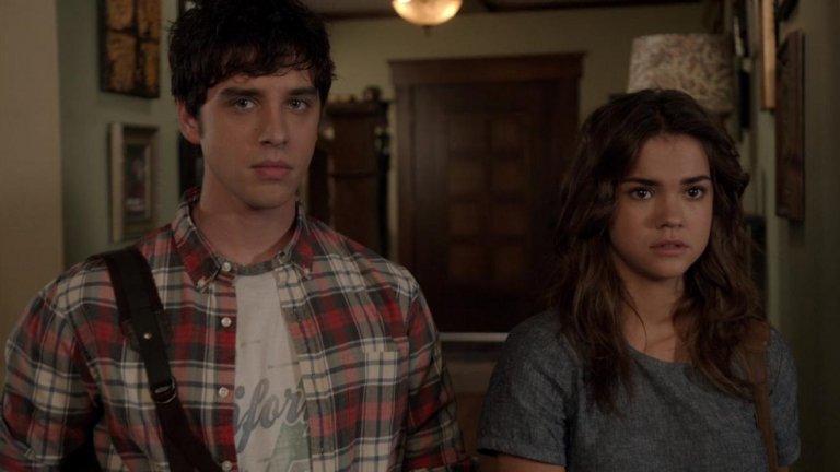 """""""Семейство Фостър"""" (The Fosters) Сезони: 5 Епизоди: 104Стеф и Лена са двойка лесбийки, които отглеждат не само биологичния син на едната жена, но са и приемни родители на изоставени деца. Така в къщата им влизат и 15-годишните близнаци Мариана и Хесус, а с това животът на все по-голямото семейство напълно се променя. Как точно – гледаме в Netflix и Amazon Prime."""