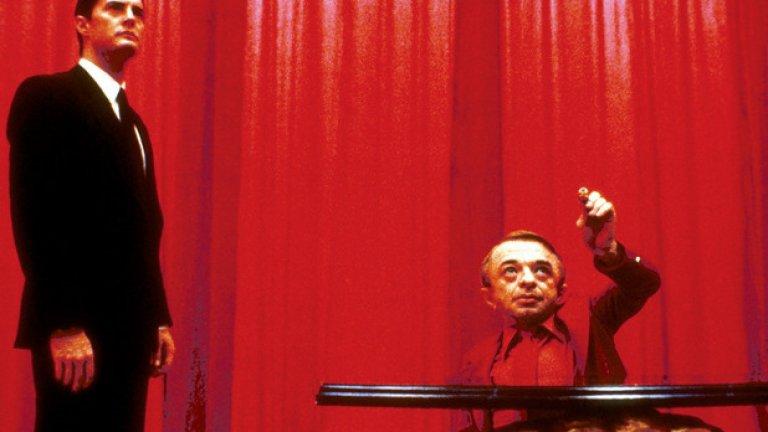 """Twin Peaks, 1990 Сериал, който смесва мистерия с криминална история и сапунена опера - """"Туин Пийкс"""" бързо успява да очарова зрителите си, преди да загуби вниманието им. Една от причините за неговата сложна връзка с публиката прозира именно в този ранен епизод от първи сезон - """"Zen, or the Skill to Catch a Killer"""" (""""Дзен, или изкуството да заловиш убиец""""). В него виждаме сън, който се случва в Червената стая с черно-бял под и човек, който говори наопаки. Това накара много зрители твърде рано да се откажат от магията на Дейвид Линч и Марк Фрост. Много от тези, които не се отказаха да го гледат обаче, създадоха свои телевизионни сериали, вдъхновени именно от тази атмосфера. Така че за всичко от """"Досиетата Х"""", през """"Семейство Сопрано"""" до дори """"Атланта"""", можем да благодарим именно на този сериал."""