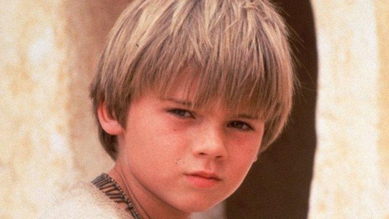 """Джейк Лойд в """"Междузвездни войни Епизод I: Невидима заплаха"""" (1999)  Да получиш централна роля в един от най-очакваните филми на 90-те още когато си 10-годишен – не е ли това сбъдната мечта? Само че """"Епизод I"""" беше първата (и според мнозина най-лошата) част от една разочароваща трилогия, превърнала в кошмар и ролята на Лойд като Анакин Скайуокър.   Самият актьор признава, че участието му във филма направило живота му същински ад и той бил тормозен безжалостно. Той бил и тотално съсипан от интервюта (достигнал до 60 на ден) и по-късно призна: """"Свикнах да не понасям камерата да е насочена към мен"""". След като приключи с """"Епизод I"""", Лойд се снима в само още един филм и озвучи няколко видеоигри. Оттогава най-близката му среща със славата беше една гонка с полицаи, за която беше арестуван през миналата година."""