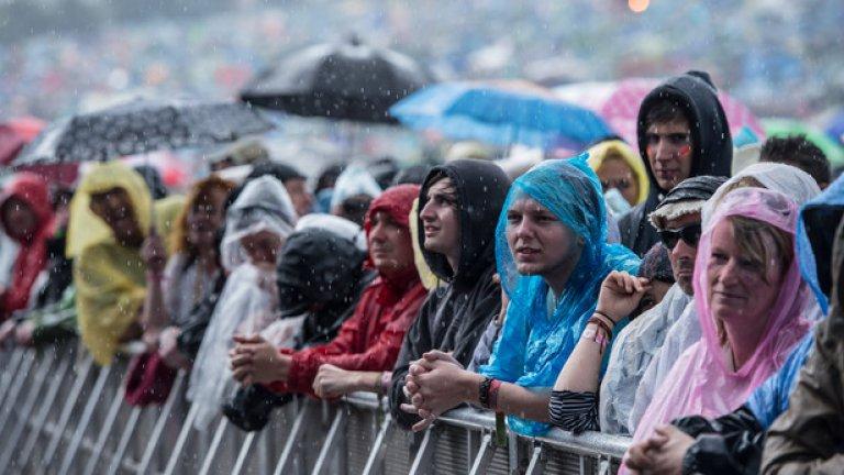 """Епичните дъждове затрудниха стотиците хиляди гости на фермата """"Уърти"""""""