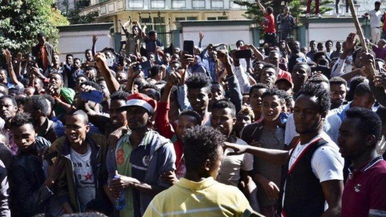 Етиопия Кой протестира там и защо?  Подобно на Каталуния, и тук има две противостоящи си протестиращи сили. От едната страна са привържениците на премиера на страната и носител на Нобеловата награда за мир за 2019 г. Абий Ахмед Али и поддръжниците на Джавар Мохамед, независим собственик на медии и виден критик на премиера. Мохамед обвинява властите в диктаторски и тоталитарен подход, което доведе и до сблъсъците