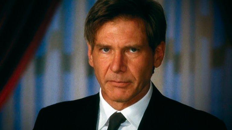 """Харисън Форд в """"Еър Форс Едно"""" (1994 г.)  Патриотизъм блика от Харисън Форд в този филм, тъй като неговият герой е не просто президент на САЩ - той е екшън-герой! Какво по-американско?  Форд играе Джеймс Маршал, държавен глава, който не се нуждае от охрана. След като терористи поемат контрола над президентския самолет """"Еър Форс Едно"""", не друг, а президентът поема нещата в свои ръце и се заема с освобождаването на заложниците. Като Джон Маклейн от """"Умирай трудно"""", но ако Маклейн беше президент и имаше малко по-стабилен живот (и психика)."""