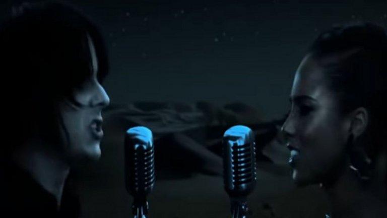 """Jack White и Alicia Keys – Another Way To Die  Уайт е особен талант. Говорим за човек, който може да накара китарата си да звучи като развален матричен принтер, но въпреки това ти е кеф да я слушаш. Тази му колаборация с R`n`B изпълнителката Алиша Кийс може и да не е най-добре приетата песен към филм за Бонд в историята, но е интересна сама по себе си. Записана е за """"Спектър на утехата"""" от 2008-а с Даниъл Крейг."""