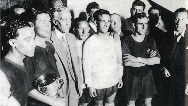 """""""Mes que un club""""  Това е девизът на футболния клуб Барселона, изписан на местния език – """"Повече от клуб"""". Още от създаването си през 1899 г. от Жоан Гампер, този отбор винаги е бил символ на националната каталунска индентичност. И често пъти инструмент в ръцете на политиците.   Тази тенденция се засилва още в началото на 30-те години, когато е обявена Втората испанска република, а крал Алхфонсо ХIII напуска страната след изборната победа на републиканците. Мачовете стават колкото по футбол, толкова и по политика. След всяка победа на Барселона се чуват призиви за социални, политически и културни реформи. В член №1 на устава на клуба е записано, че той е не само спортна, но и културна организация. Под формата  на създадения Комитет за култура във футболния отбор се лансират и чисто политически идеи. Тази тенденция се засилва още повече през 1935 г., когато за президент на Барса е избран Жосеп Суньол, отявлен проповедник на каталунския национализъм."""