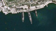 Два военни кораба, оборудвани с управляеми ракети, заемат позиции в северната страна на пристанището в Севастопол