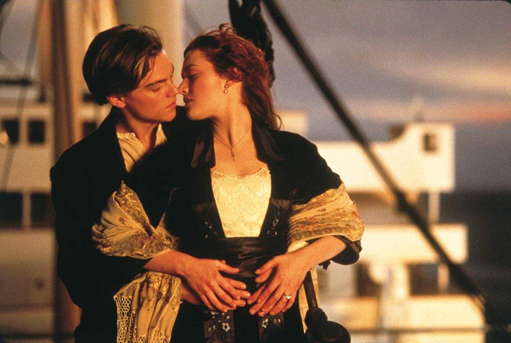 """""""Титаник""""  Да не сме чули смях и подигравки! Дори и в най-голямата криза има място за една ударна, силна и безкомпромисна доза романтика и нежни чувства и """"Титаник"""" е прекрасен избор. Историята няма смисъл да преразказваме, всеки я знае, дори и да не е гледал филма. Просто извадете един пакет кърпички и му дайте още един шанс…"""