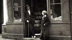 """Джеймс Джойс и Силвия Бийч пред книжарница """"Шекспир и Сие"""""""