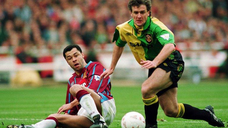 1992/93 и 1993/94 Третият екип Излишно е да коментираме. Въпреки че екипите бяха направени с намигване към оригиналните цветове на Нютън Хийт, Юнайтед просто не е създаден да изглежда добре в жълто и зелено.