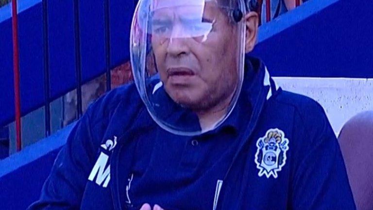 """Марадона превъртя играта с """"космонавтски"""" шлем срещу COVID-19"""