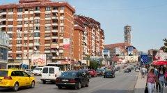 """В последото парче от Югославия и най-нова държава на Балканите - Косово, където 95% са етнически албанци, има сериозен проблем с радикализацията на мюсюлманските общности.  На снимката: Автомобили се движат по булевард """"Бил Клинтън"""" в Прищина"""