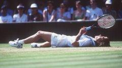 """1990 г. Мартина Навратилова лежи на тревата на централния корт, след като е победила Зина Герисън от САЩ на финала за деветата си титла на """"Уимбълдън"""". На 33 години Мартина стана рекордьор с 9 трофея в Оупън ерата на турнира. Финалът далеч не бе най-трудният и мач, като даде на Герисън само 5 гейма - 6:1, 6:4."""