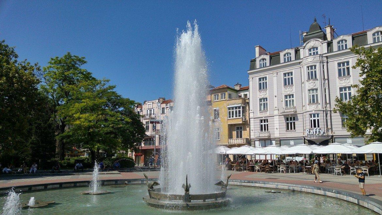 """Пловдив Дали ще празнувате с половинката, или с шумна женска компания, Пловдив никога не е грешен избор.  Голям и красив град, в който има за всекиго по нещо - семейни хотели, дискотеки, заведения, културни и исторически забележителности. Освен това обликът му е интересно съчетание на дългогодишна история и европейски облик, както подсказва девизът му """"Древен и вечен"""". Дори и да оставите плановете за последния момент, в Пловдив винаги ще сте добре дошли и ще си намерите място за отдих. Съветът ни все пак е предварително да помислите къде ще отседнете, за да не губите време в търсене на хотел, а да се отдадете на обиколка на забележителните места, които градът под тепетата предлага."""