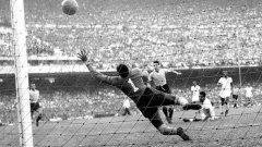 """1950 г., Уругвай - БразилияАлсидес Гиджиа вкарва гол, който потапя в скръб цяла една нация. Над 200 000 на """"Маракана"""" са в пълен шок, има инфаркти и смърт още на стадиона. Уругвай обръща Бразилия от 0:1 до 2:1 и печели световната купа, въпреки че на домакините стига и реми. Това остава и най-посетеният мач в историята на футбола, съответно - и най-масовата печал, предизвикана от играта. След драмата бразилците сменят цветовете на националния тим, който дотогава играе в синьо и бяло. С конкурс е определен златисто-зелен екип. Целта е да се скъса с печалното минало... И до днес златистото и зеленото са магия във футбола, благодарение на Пеле, Гаринча и останалите."""