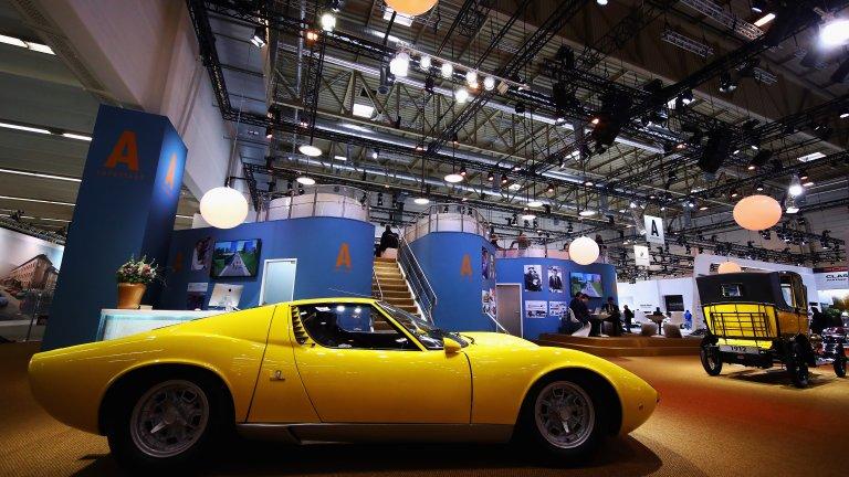 """Lamborghini Miura Когато Майлс Дейвис чупи крака си в катастрофа, докато шофира своето Lamborghini Miura, първият въпрос, който задава, е """"Добре ли е колата"""". Поне така разказва история, публикувана в Jalopnik. Не можем да обвиним джаз музиканта в неадекватност: Miura е красив и секси автомобил, който си струва всяка стотинка и всяка емоционална реакция. За първи път Miura вижда света в Женева през 1966 г. и оттогава, автомобилната индустрия не е същата. За времето си това е най-бързата производствена кола, която с появата си завинаги променя правилата на играта в автомобилното строителство. И за това сме ѝ благодарни."""