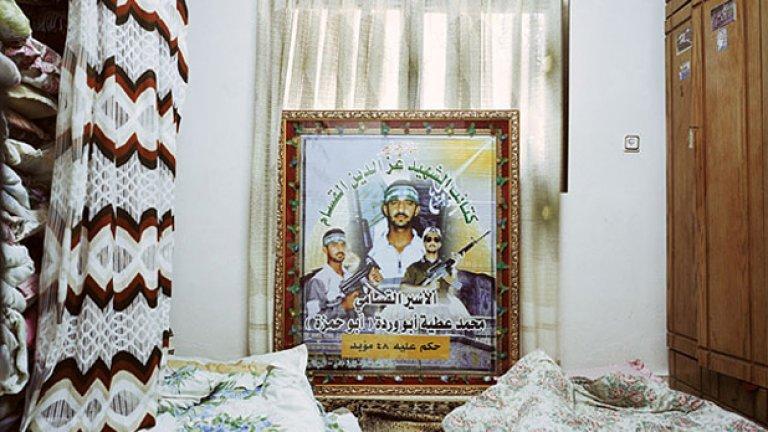 Тук, до изобразените палестински мъченици, спи Доуха