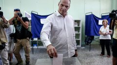 Гръцкият министър на финансите Янис Варуфакис гласува на референдума