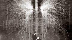 В една лятна нощ през 1899 г. Никола Тесла улавя с приемниците си сигнал, за който вярва, че идва от от Марс