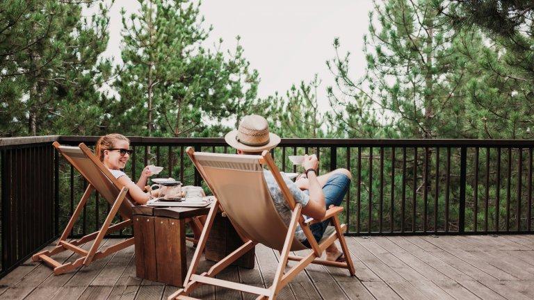 Изберете подходящи столовеКакво е основното предназначение на терасата ви? Ако ще работите, със сигурност стол без облегалка не е добър избор. Шезлонгът пък е супер за почивка, но ако планирате да работите на него, трябва да се обзаведете минимум и с възглавница или масичка за лаптоп. Барбаронът в случая може да се окаже добро решение, което съчетава и двете - удобен е и е подходящ за почивка, но може да послужи и за работен стол, ако сложите и маса пред себе си.