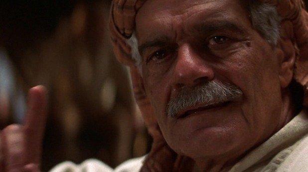 """Омар Шариф в """"13-ият войн"""" (1999)  Филмът с Антонио Бандерас в главната роля привидно има всички съставки, за се превърне в успешен екшън, но се оказва една от най-големите бокс офис бомби в историята. За големия египетски актьор това идва прекалено след поредица от разочарования. """"След малката си роля в '13-ият войн' си казах 'Това безсмислие трябва да спре'... лошите филми са много унизителни, наистина ми беше писнало"""", коментира Шариф. Впоследствие той започва да отказва роли и твърди, че е загубил самоуважението си и че собствените му внуци му се подиграват.   Все пак до смъртта си през миналата година, Шариф продължаваше да участва в телевизионни филми и сериали, както и в някои по-големи продукции като """"Идалго"""" с Виго Мортенсен. Така че в случая не можем да говорим за пълно оттегляне, въпреки признанията на актьора."""