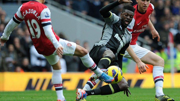 """6. И двата отбора намразиха Адебайор. Тогоанският нападател премина в Тотнъм, а през ноември 2012-а всичко за него тръгна по вода, след като даде преднина от 1:0 на """"шпорите"""". Малко по-късно обаче се отчете с глупаво влизане в краката на Санти Касорла, опитвайки се явно да """"ремонтира"""" глезените на испанеца, след което получи директен червен картон. """"Артилеристите"""" се възползваха от численото си преимущество и победиха с 5:2, а Адебайор бе предател в очите на феновете и на двата отбора."""
