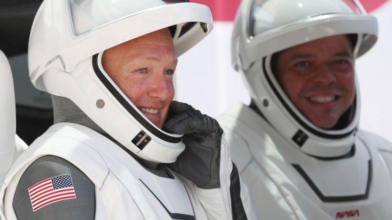 """Първи успешен полет за SpaceX до Международната космическа станцияВ края на май месец миналата година SpaceX се превърна в първата частна компания, изпратила свой екипаж до Международната космическа станция. Астронавтите Дъглас Хърли и Робърт Бенкен пък извършиха перфектно дирижиран полет до МКС, прекараха там малко над два месеца и се завърнаха безпроблемно на Земята.   Освен че е ключов пробив за програмата на НАСА за доставяне на товар и екип към космическата станция, мисията на SpaceX отваря и пътя към космическите пътешествия с чисто комерсиална и туристическа цел. А и на САЩ най-накрая няма да им се налага да използват руските ракети """"Союз"""" за изстрелване."""