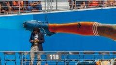 Този фен на стадиона на Хюстън Динамо не подозира каква опасност го грози, докато си чати в телефона.