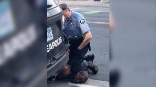 Джордж Флойд бе убит, след като полицай стоя върху него в продължение на осем минути и 46 секунди, което доведе до масови протести в САЩ и в отделни части по света