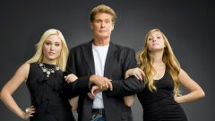 """The Hasselhoffs - очаквано скучен  Риалити шоу на американската кабелна мрежа A&E с главен герой Дейвид Хаселхоф – звездата от емблематичния деветдесетарски сериал """"Спасители на плажа"""". Идеята е да се проследи неговият живот и този на двете му дъщери Хейли и Тейлър-Ан, които се опитват да пробият в музикалната индустрия.   В първия епизод, озаглавен """"Пристрастеност"""", семейството се обзалага кой може да издържи най-дълго без кофеин, а останалите """"вълнуващи"""" проблеми на Хаселхоф зрителите така и не успяват да видят. A&E отлага другите осем епизода за по-късна дата, но така и не ги излъчва. Поредицата обаче е показана в цялата си прелест във Великобритания, където The Biography Channel я завърта година по-късно."""