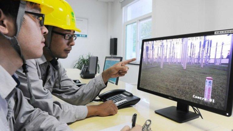 Професиите, извършвани от мъже, са в пъти по-застрашени от новите технологии отколкото онези, извършвани от жени. На снимката: работници в Китай наблюдават кадри на промишлен район, заснети от робот-патрул, който може напълно автономно да проверява средата, оборудването, работниците и пътищата, да прави снимки, да предава и да обработва най-разнообразна информация, като при това може и да се самозарежда