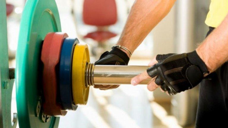 9. Започнете да тренирате Трупането на мускули забързва метаболизма. Упражненията ще ви помогнат да постигнете целите си по-бързо. Освен това, така можете и да си похапвате малко (!) повече, имайки предвид, че сте изгорили няколкостотин калории във фитнеса. Когато намалявате храната си, губите както мазнини, така и мускули, затова тренировките са толкова важни...