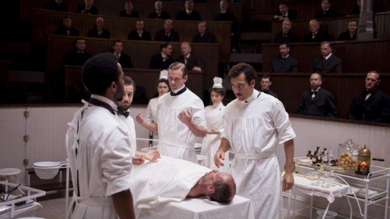 """""""Хирургът"""", Стивън Содърбърг  Режисьор и продуцент на този сериал е Стивън Содърбърг, създателят на всички """"Банди на Оушън"""" и на """"Ерин Брокович"""". Героят на сериала е лекар от Ню Йорк, а действието се развива в началото на ХХ век. Натуралистичните сцени във филма са съпроводени с напрегнат музикален фон. Идеалните ракурси и дълбоките образи на героите с противоречиви характери са отличен коктейл за киномаратон през идващия уикенд."""