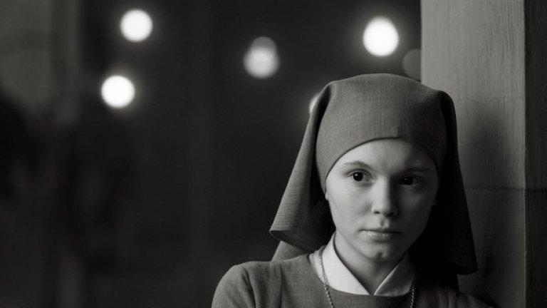 """""""Ида"""" (2 май) Филмът беше представен в България на София Филм Фест. """"Ида""""  на Павел Павликовски е черно-бяла елегия с перфектно композирани кадри, която разказва историята за Ана, млада послушница, която отива да види семейството си, преди да положи клетва.  Действието се развива в Полша през 60-те години. Ана отива да се види с леля си Ванда, която й разкрива, че името й всъщност е Ида Лебенщайн, а родителите й са евреи, убити при Втората световна война.    Тяхната среща разкрива мрачното минало на семейството им и двете жени трябва да приемат ужасяващата истина."""