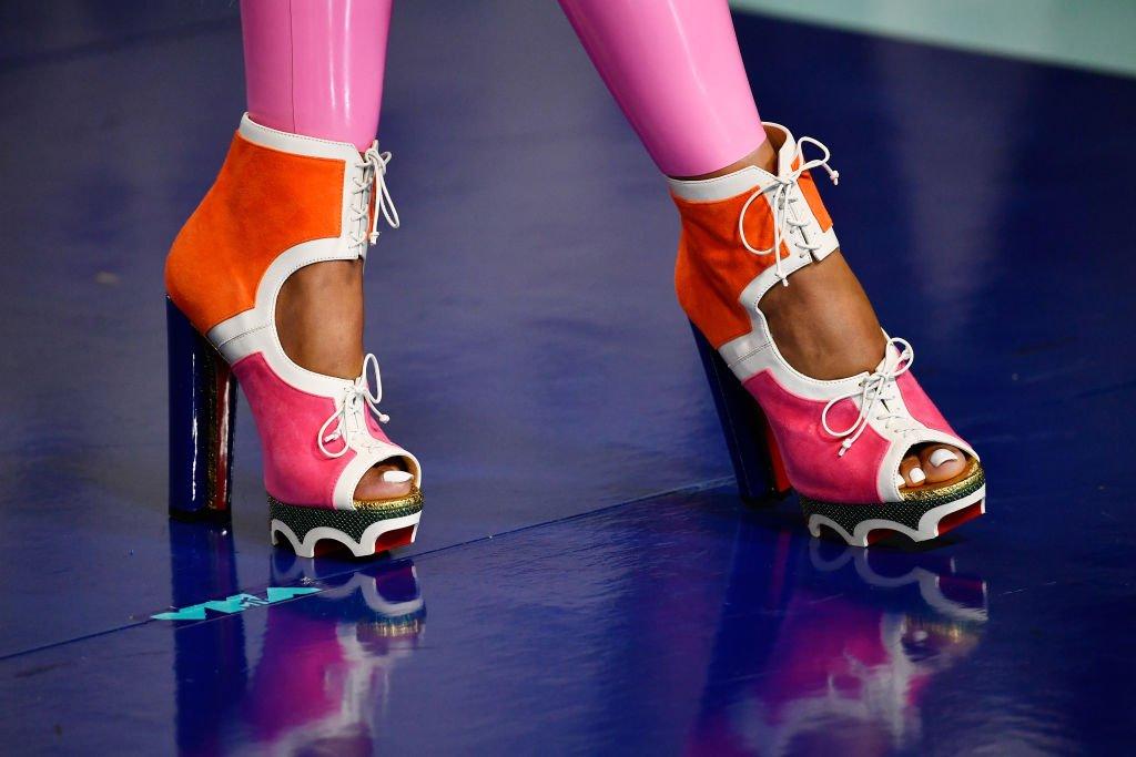 """Ток и платформа  Започваме с нещо, което сме виждали и предишни години - дебелият ток и платформата не могат да излязат от мода просто така. Те са лесни за комбиниране и стоят еднакво добре с пола или с панталонпо тялото. Тази година особено уважавани са цветовете в обувките. Но не е нужно да са толкова цветни, колкото на снимката, разбира се, освен ако не ги изберете за парти. Подобни обувки и сандали, но решени в един цвят, могат да свършат добра работа и ако работите някоя по-свободна професия.    Не се плашете от височината - платформата """"скъсява"""" малко тока, така че кракът ви няма да се чувства като наказан. И все пак, потренирайте малко вкъщи преди да излезете за пръв път с такива..."""