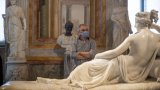 Да счупиш пръстите на 200-годишна скулптура, докато позираш за снимка