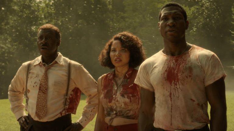 Lovecraft Country Хорър драмата проследява историята на Атикъс Блек, който заедно с приятелката си Летиша и чичо си Джордж се отправя на дълго пътуване през Америка през 50-те, за да открие изгубения си баща. По пътя те трябва да се изправят срещу ужаса - както от расистките настроения в САЩ и все още активните действия на Ку-Клукс-Клан, така и от чудовища, взети от гения на писателя Х.П.Лъвкрафт.
