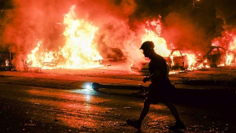 Протестиращи палят голи и сгради.