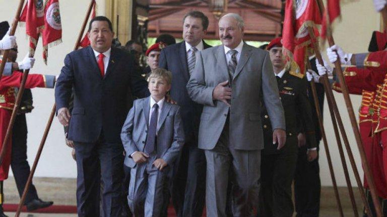 Президентът на Беларус Лукашенко дава на най-малкия си син нагледни уроци по президентство