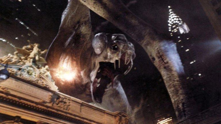 """Чудовището от """"Чудовищно"""" (Cloverfield) също се нарежда сред най-едрите чудовища в киното. То е с размерите на небостъргач и без никакъв свян с един удар обезглавява Статуята на свободата, след което започва да се държи сякаш си е поставило за цел да срине Манхатън със земята. Чудовището не се появява твърде често във филма, което от една страна е жалко, но от друга спомага за напрегнатата атмосфера. Което прави и заснемането на събитията във филма - сякаш с любителска камера и от първо лице."""