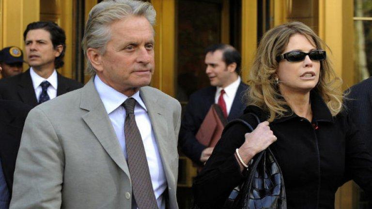 """Майкъл Дъглас и Диандра Лукър Много преди Катрин Зита-Джоунс, в живота на Майкъл Дъглас беше Диандра Лукър. След 23 години съпружески живот, двамата се разделиха през 2000 година. Разводът струваше на актьора 45 млн. долара, но това очевидно не се оказа достатъчно за Диандра, която през 2010-та година отново предяви претенции. Тя поиска процент от приходите от филма на Майкъл Дъглас """"Уолстрийт: парите не спят"""", защото бил продължение на филма, който той снимал по време на техния брак. В крайна сметка съдията застана на страната на Дъглас."""