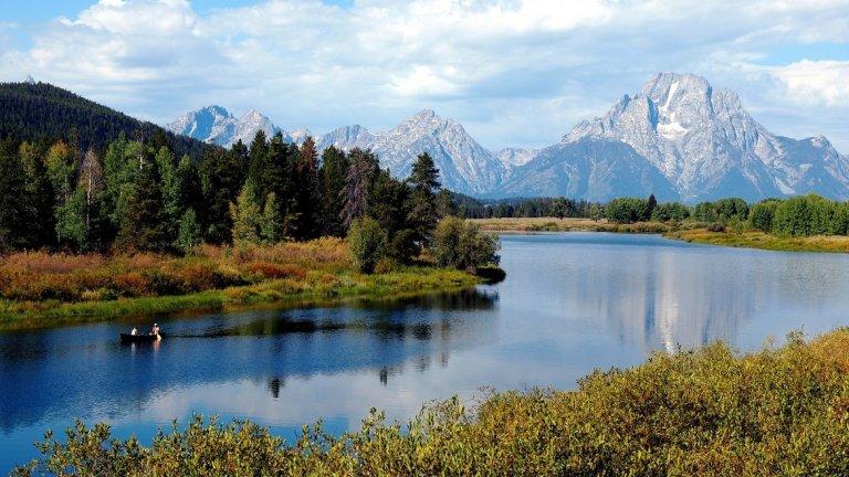 Уайоминг     Гранд Тетон, Йелоустоун, Джаксън Хоул са само няколко от причините Уайоминг, най-слабо населеният щат в САЩ, да оглави списъка ви за посещение през 2020 г.      Щатът е един от последните бастиони на американския Запад с дивата, естествена красота, която привлича любителите на откритите разходки и нощувки, привържениците на историята и бъдещи каубои.     Влезте в един от най-обичаните ски курорти в страната, в планинския курорт Джаксън Хоул, хванете езерна пъстърва във Flaming Gorge National Recreation или се отпуснете във Free Bath House в държавния парк Hot Springs.  Богатата история на региона също е привлекателна. Не пропускайте и Cheyenne Frontier Days - най-голямото родео на открито в света, което се провежда на 17-26 юли 2020 г. и включва 10 дни празнични семейни забавления.