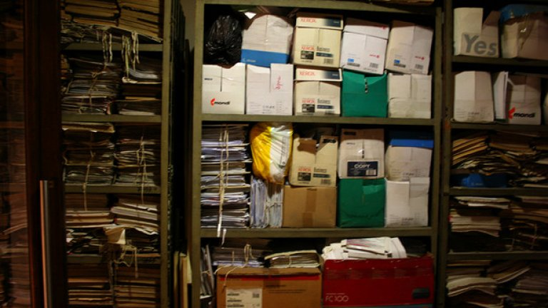 Кризата в Търговския регистър започна през март 2018 г., заради новия режим за отчитане на фирмите с липса на дейност през предходната година. Оттогава системата натрупа сериозно забавяне при обработката на документи. Стигало се е до забавяния с 1 месец по процедури, които по закон би трябвало да приключват в рамките на един ден. Проблемът засяга и заявленията, нетърпящи отлагане - като обявяването на запори например.