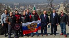 Единият от авторите на идеята - Георги Гергов с представители на Нощни вълци пред паметника на Альоша в Пловдив.