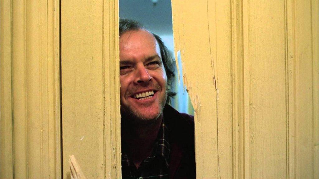 """""""Сиянието"""" (The Shining)Всеки друг момент би бил по-подходящ от този, за да гледате шедьовъра на Кубрик от 1980 г. Нека ви оставим само със синопсиса: едно семейство се отправя към изолиран хотел за зимата, където зловещо свръхестествено присъствие подтиква бащата към насилие, докато синът му вижда ужасяващи картини както от миналото, така и от бъдещето. Иначе хората спазват всички мерки за предпазване от коронавирус, няма страшно."""