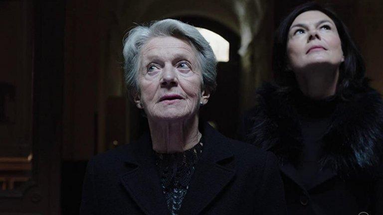 """""""Пилат""""/PilatusРоманът на унгарската писателка Магда Сабо е написан през 1963 г. и е преведен на повече от 12 езика (на български излиза от """"Колибри""""). Както той, така и екранизацията му се фокусират върху отношенията между възрастна майка, изгубила съпруга си, и дъщеря ѝ, която я кара да се премести при нея в Будапеща. 70-годишната жена обаче е прекарала значителна част от живота си в провинцията и сърцето ѝ не бие с ритъма на столицата. Откъсната от патриархалния свят и от обичайните си дейности, ще се справи ли тя със самотата? И достатъчна ли е любовта, за да я спаси?"""