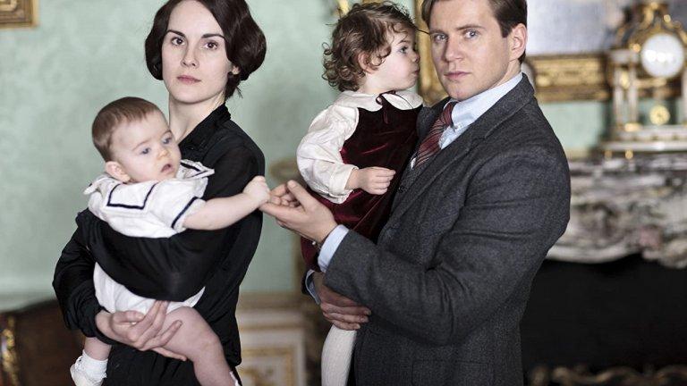 """""""Имението Даунтън"""" (Downton Abbey) Сезони: 6 Епизоди: 52Британският семеен сериал, чието действие се развива в началото на 20 век, разказва за живота на аристократичното семейство Кроли и прислужниците му през Едуардската ера. Докато гледа към социалната йерархия и отношенията в семейството със синя кръв, сериалът умело разказва и за контекста, в който се развива действието – от потъването на """"Титаник"""" до избухването на Първата световна война, Испанския грип, междувоенния период и борбата за независимост за Република Ирландия. Следим хронологията в Amazon Prime."""