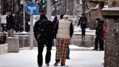 23% от българите карат зимата само с един чифт обувки - предимно възрастни, бедни, безработни, жители на селата и роми