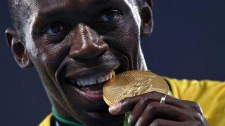 Обяснено: Защо спортистите хапят медалите си и откъде започва тази странна традиция