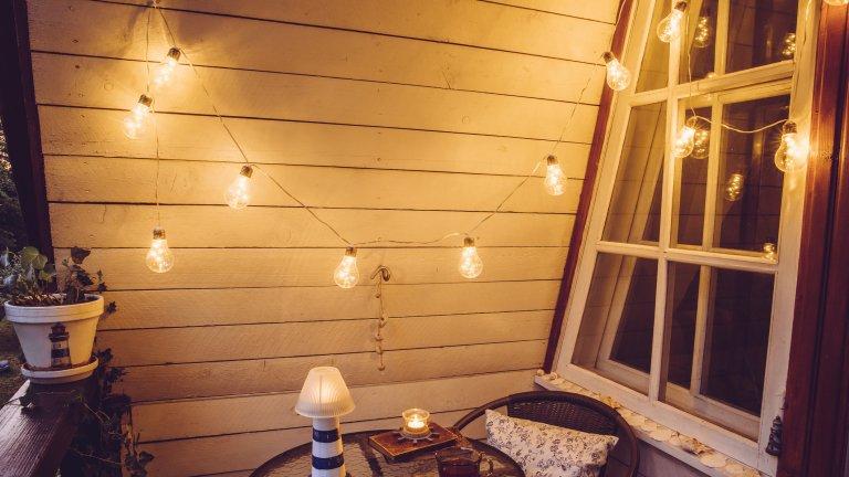 Светнете лампитеБезцветните коледни лампички или малка нощна лампа могат да променят атмосферата на мястото напълно, когато слънцето се оттегли от хоризонта. Единственият проблем може да се окаже достъпът до електричество, но разклонителят бързо ще разреши този проблем.  Ето и друг вариант - фенер за чаени свещи. На пазара вече има най-различни варианти, които са доста достъпни и не по-малко красиви.